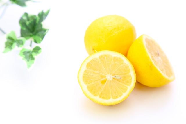 レモンや重曹を食器やまな板に塗って放置させる