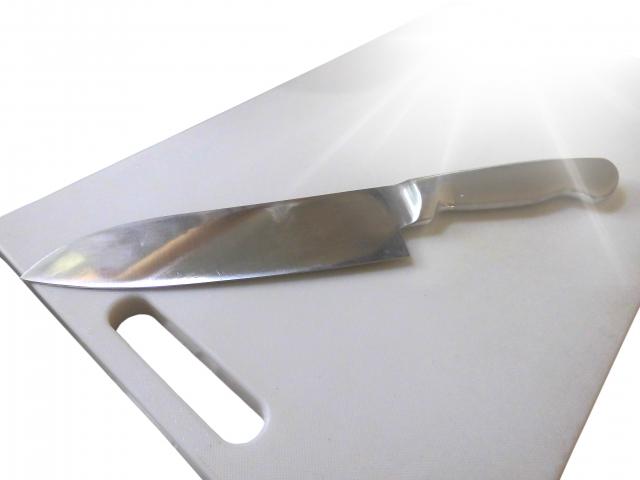 まな板にペースト状にした重曹を塗りつけて放置させる