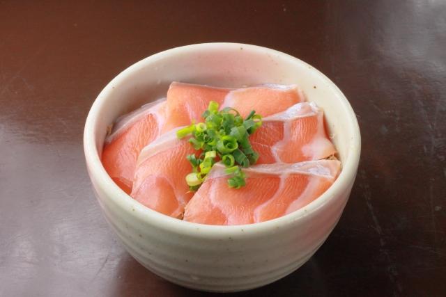 魚の中でも特に美肌効果抜群なのは鮭